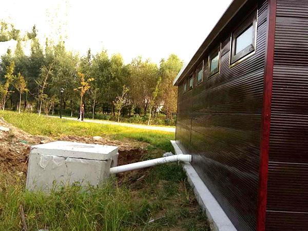 直排水冲式移动厕所背面排污口